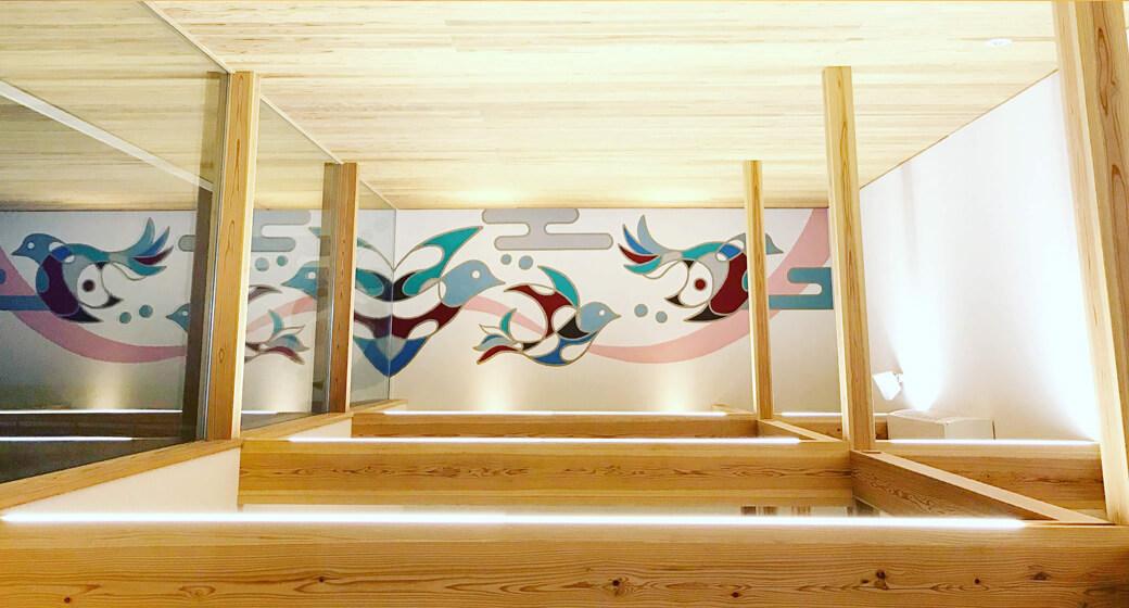 鳥の壁画と家具で演出される従来の病院らしくない雰囲気